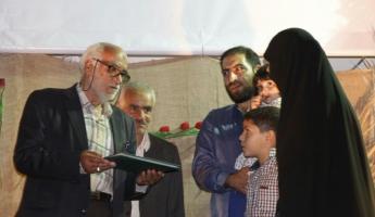 با حضور خانواده شهید فانوسی مراسم شبی با شهدا در شهرک الوند همدان برگزار شد